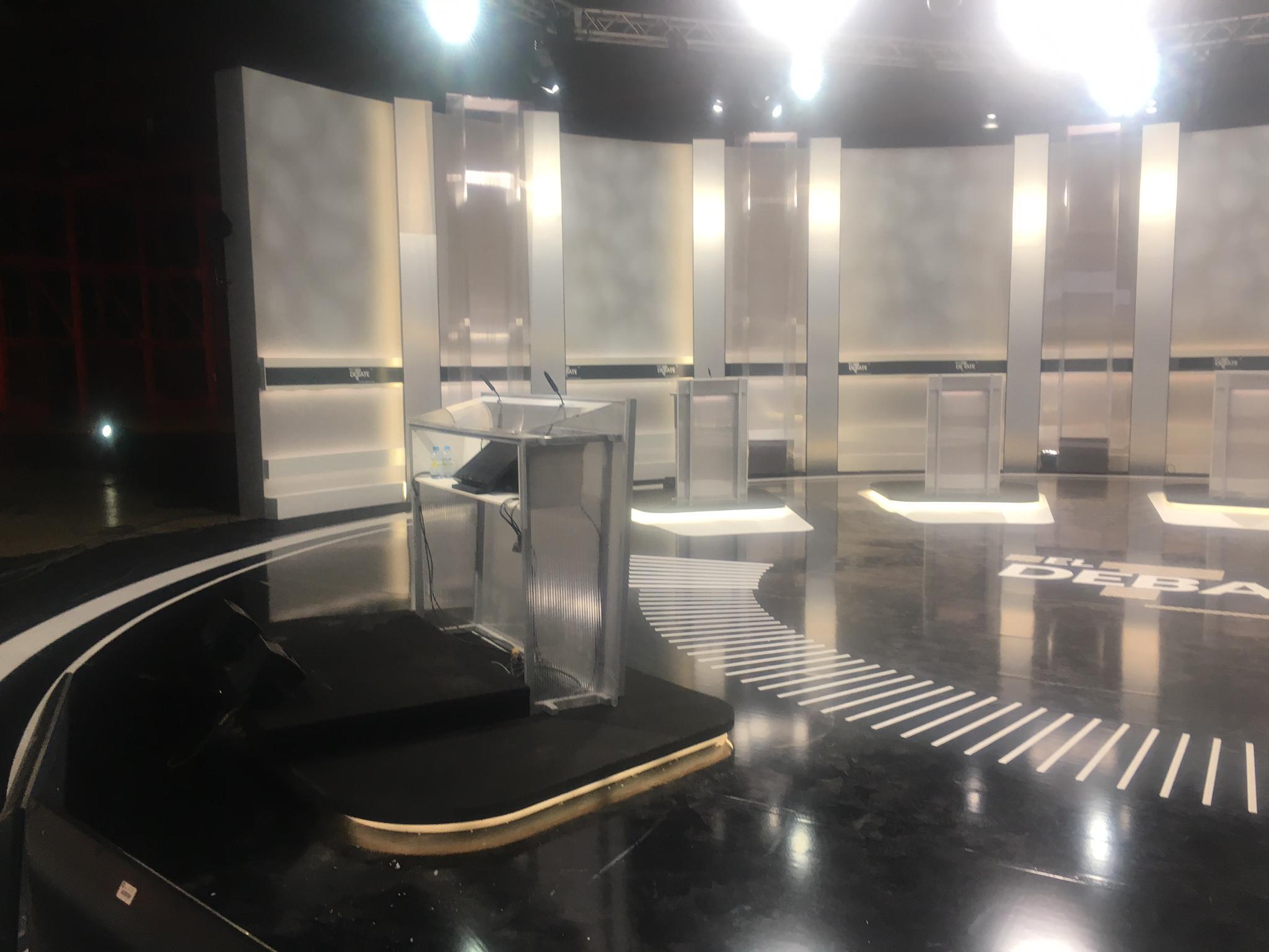 DISEÑO INSTALACIÓN MONTAJE DE SET DE TELEVISIÓN DECORADOS PLATOS DE TV Y ESCENOGRAFÍA EN MADRID Y RESTO DE ESPAÑA. REALIZAMOS DISEÑO DE ESTRUCTURAS E IMPRESIÓN GRÁFICA DIGITAL PARA ESCENARIOS PROGRAMAS DE TELEVISIÓN STAND EVENTOS ENTREGA DE PREMIOS ETC. Berdoal tiene experiencia acumulada a la hora de lleva a cabo proyectos de escenarios, set de televisión, escenarios, escenografía para eventos, cine, teatro y programas de televisión, estudios de televisión, entregas de premios, presentaciones de productos, etc. Grandes empresas y organismos públicos ya han confiando en Berdoal, como por ejemplo en la realización del escenario set de televisión photocall del debate político de las últimas elecciones generales del año 2019. En este trabajo llevamos a cabo la realización de, impresión a una cara sobre PVC. Medidas 60x60 y 100x100 de diferentes modelos. La rotulación completa del suelo del plató, lo que conllevaría un diámetro de 1440cm en vinilo de corte blanco mate, troquelado (ya que va recortado) y transportado para poder montar de una manera más fácil y rápida. Por otro lado, nos encargamos de un photocall para escalera, en este caso el material sería terrabanner de 200 gr (no es un material que solamos utilizar) Se incorporó el logotipo del debate en un metacrilato. Concretamente pegado al frente, el material que utilizamos fue vinilo de corte blanco para este logo. Se llevó a cabo la realización de una lona, en impresión a una cara sobre material fronlit trasera negra. El atril de los presentadores iría vinilado con vinilo de corte blanco. El vinilo del logo de la academia TV iría en vinilo de corte oro mate y además se utilizaría otro material más, el PVC de 3mm. Por otro lado, los logotipos de los partidos políticos tendrían varias medidas desde 20x20 a 50x50. Y el material que se utilizó en este caso es PVC de 3mm. La base del atril iría en un vinilo blanco laminado antideslizante, para que no resbale. Para que se pueda pasar por encima sin problema, y además